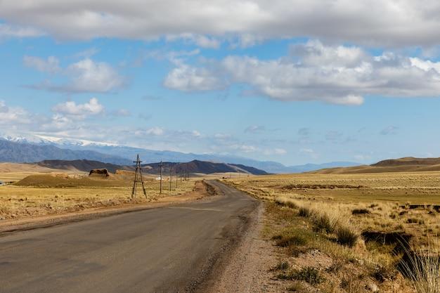 Eine autobahn 367, die in der region naryn in kirgisistan vorbeiführt