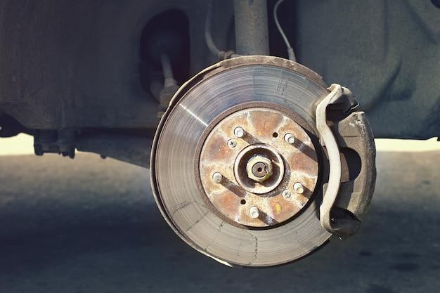 Eine autobremsscheibe mit halteunterstützung ohne räder-nahaufnahme.