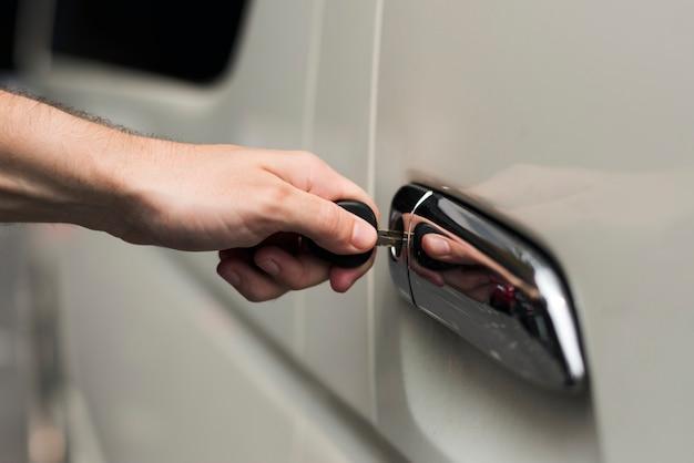 Eine autotür mit einem schlüssel entriegeln