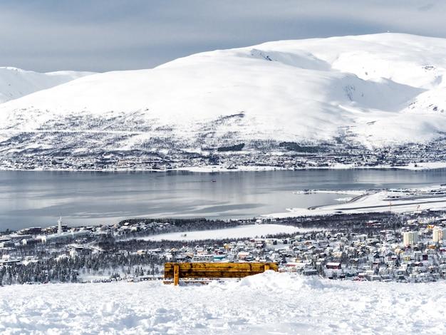 Eine bank mit blick auf die stadt tromsø
