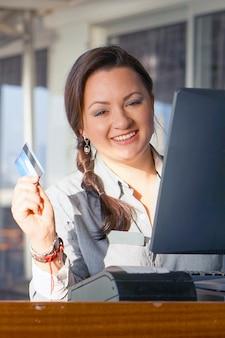 Eine bardame, die eine neue bestellung per registrierkasse registriert. ein kellner restaurantangestellter registriert neue bestellung per registrierkasse.