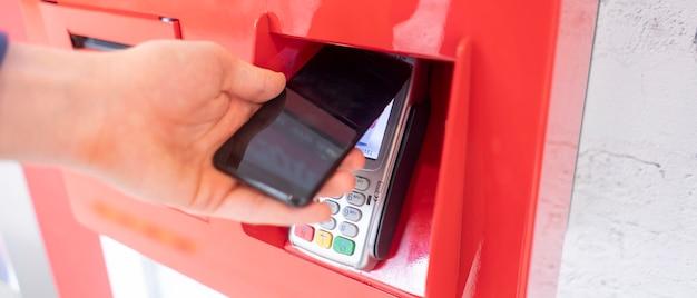 Eine bargeldlose zahlung vom telefon zum pos-terminal mit nfc-technologie