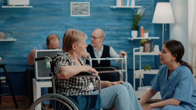 Eine behinderte frau bekommt einen arztbesuch zur untersuchung von einer krankenschwester
