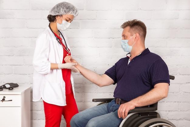 Eine behinderte person im rollstuhl bei einem termin bei einem reha-arzt