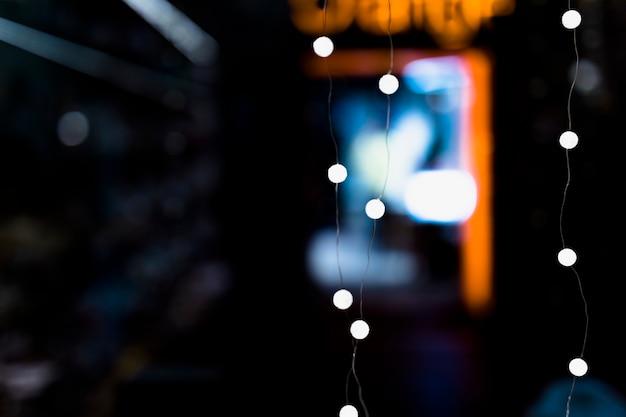 Eine beleuchtete lichterkette gegen unscharfen hintergrund