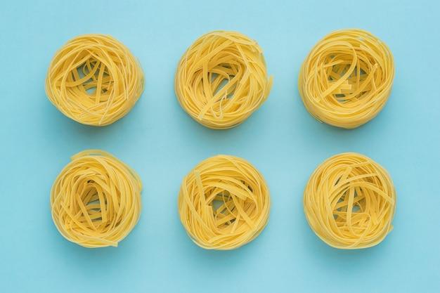 Eine beliebte pastasorte auf hellblauem hintergrund. produkte aus hartweizen.