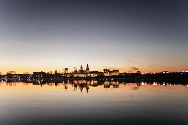 Eine bewusst überbelichtete panoramafotografie von mantua