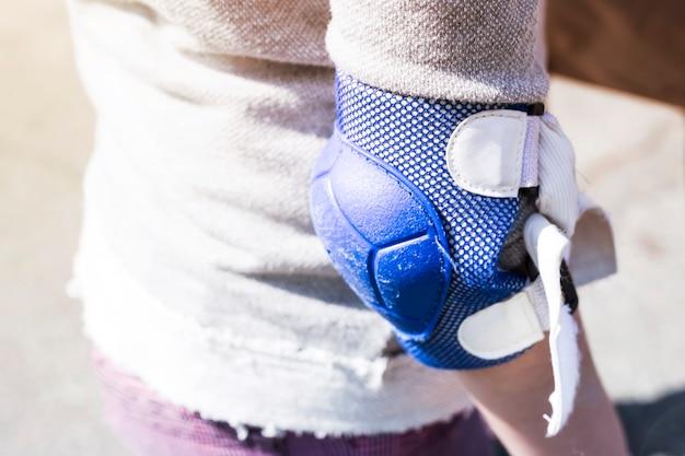 Eine blaue armlehne an der hand des mädchens
