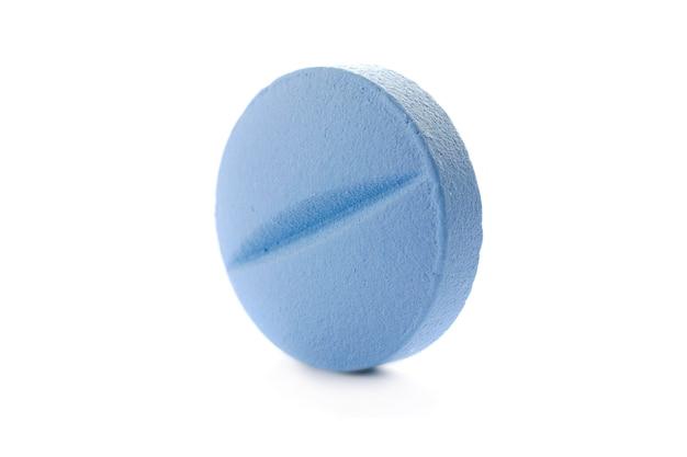Eine blaue pille nahaufnahme isoliert auf weißem hintergrund makrofoto einer blauen pille