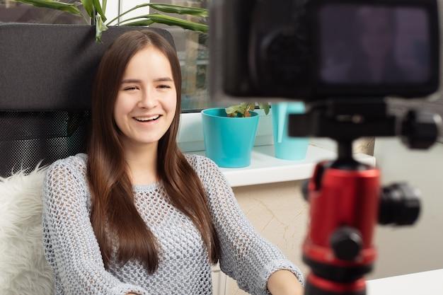 Eine bloggerin führt einen videoblog, kommuniziert mit abonnenten vor der kamera
