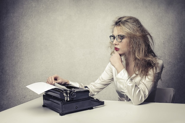 Eine blonde schriftstellerin arbeitet