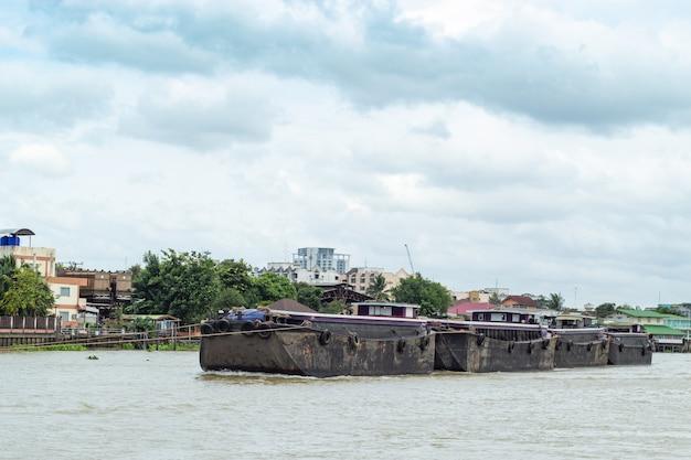 Eine bootslast des sandes im chao phraya river, thailand