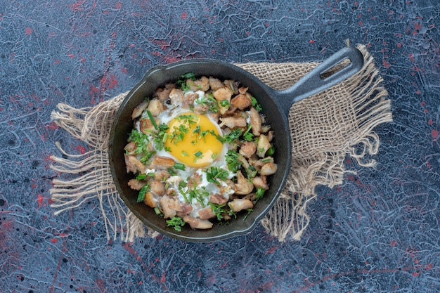 Eine bratpfanne omelett mit gemüse.