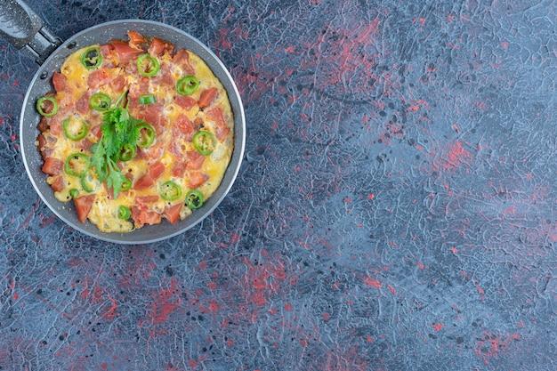 Eine bratpfanne omelett mit gemüse