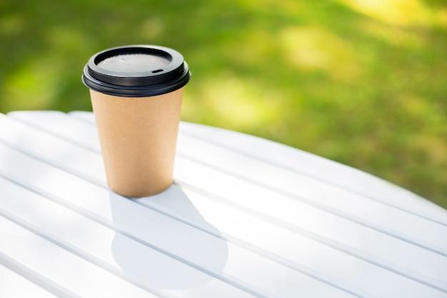 Eine braune tasse aus papier aus einem café für kaffee, tee oder cocktails mitnehmen und mitnehmen