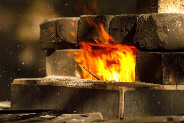 Eine brennende schmiede aus ziegeln in der natur