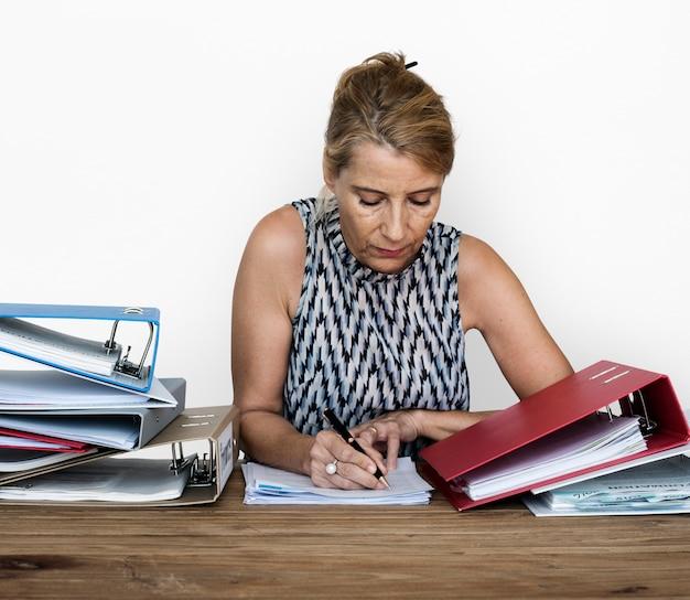 Eine büroangestellterfrau, die an vielen dateien arbeitet