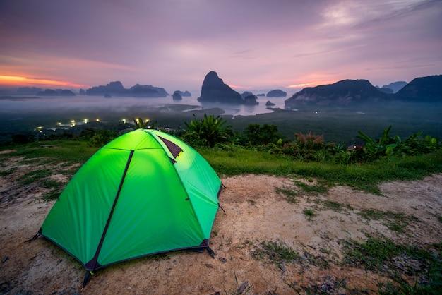 Eine campingzeltspitze des hügels bei thailand