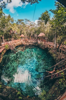 Eine cenote in der natur mit wunderschönem wasser zum baden
