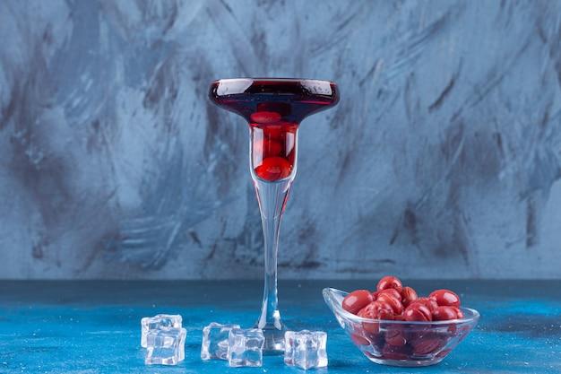 Eine cocktail-tasse fruchtsaft auf einem bunten platziert