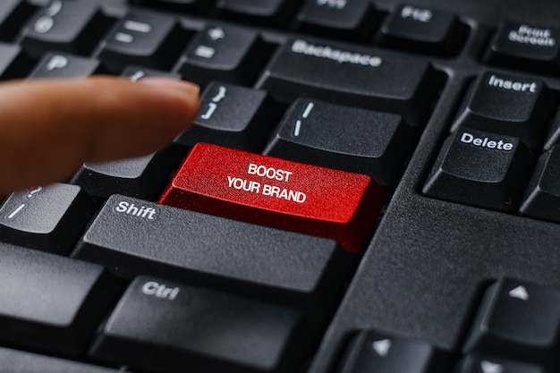 Eine computertastatur mit rotem knopf, geschrieben mit ratschlägen steigern sie ihre marke.
