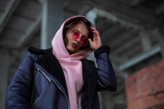 Eine coole schönheit mit einem gepuderten hoodie und einer lederjacke