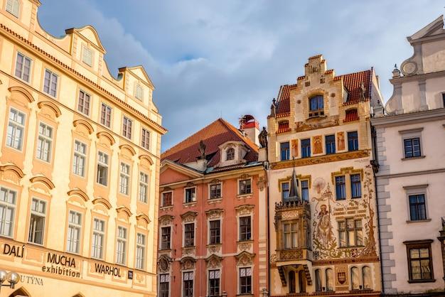 Eine dekorierte gebäudefassade auf der südlichen seite des altstädter ringes (staromestske namesti). prag, tschechische republik