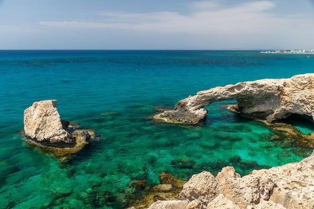 Eine der beliebtesten attraktionen ist die lovers 'bridge. zypern, ayia napa.