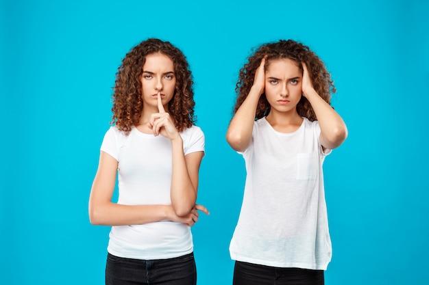 Eine der zwillingsschwestern schweigt über blau.