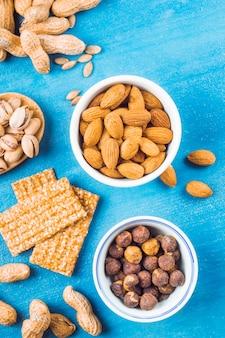 Eine draufsicht auf bar mit getrockneten früchten gemacht; erdnüsse und samen