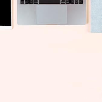 Eine draufsicht auf das smartphone; laptop und tagebuch auf farbigem hintergrund