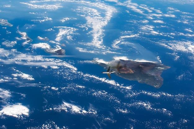 Eine draufsicht auf die erdoberfläche aus dem weltraum, satellitenfoto mit fliegendem flugzeug.