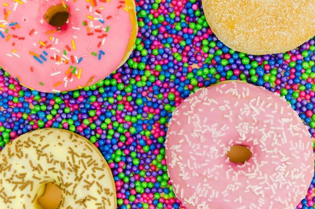 Eine draufsicht auf donuts auf den streubällen