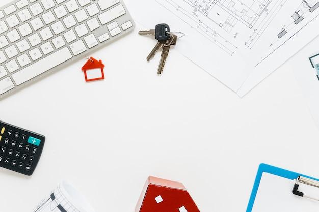 Eine draufsicht auf immobilien schreibtisch