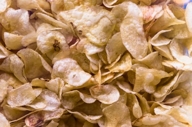 Eine draufsicht auf knusprige kartoffelchips