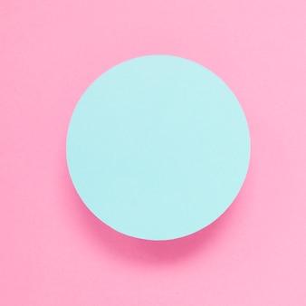 Eine draufsicht des blauen rahmens gegen rosa hintergrund