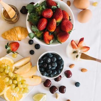 Eine draufsicht des frischen frühstücks mit früchten und ei
