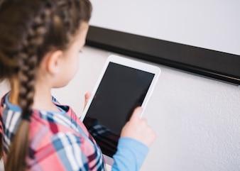 Eine Draufsicht eines Mädchens, das digitale Tablette verwendet