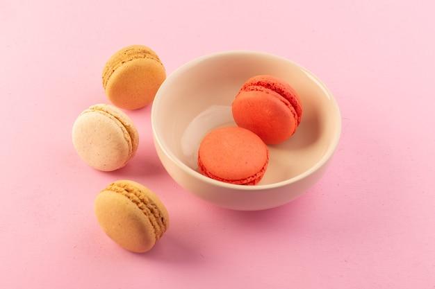 Eine draufsicht färbte französische macarons innen und außen