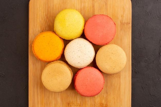 Eine draufsicht färbte französische macarons