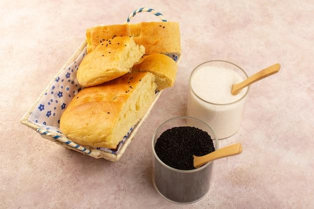 Eine draufsicht gebackenes brot heißes leckeres frisches geschnittenes in brotbehälter zusammen mit salz und pfeffer auf rosa