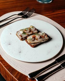 Eine draufsicht gemüsemahlzeit mit besteck auf dem tisch essen mahlzeit restaurant abendessen