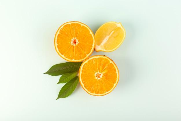 Eine draufsicht geschnittene orange frische reife saftige milde isolierte halbgeschnittene stücke mit grünen blättern auf dem weißen hintergrund fruchtfarbe zitrusfrüchte