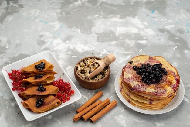 Eine draufsicht köstliche pfannkuchen lecker mit gelee preiselbeeren zimt