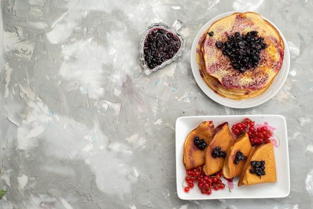 Eine draufsicht köstliche pfannkuchen lecker mit gelee preiselbeeren