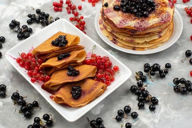Eine draufsicht köstliche pfannkuchen lecker mit preiselbeeren und blaubeeren pfannkuchen kochen