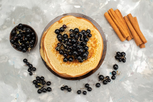 Eine draufsicht köstliche runde pfannkuchen lecker und rund gebildet mit blaubeeren und zimt