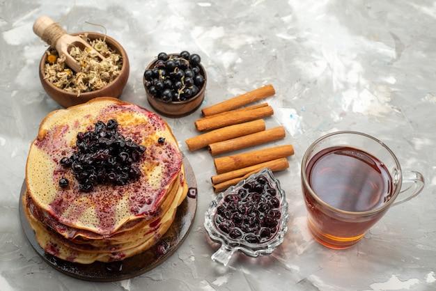 Eine draufsicht köstliche runde pfannkuchen lecker und rund gebildet mit blaubeeren und zimtdessert
