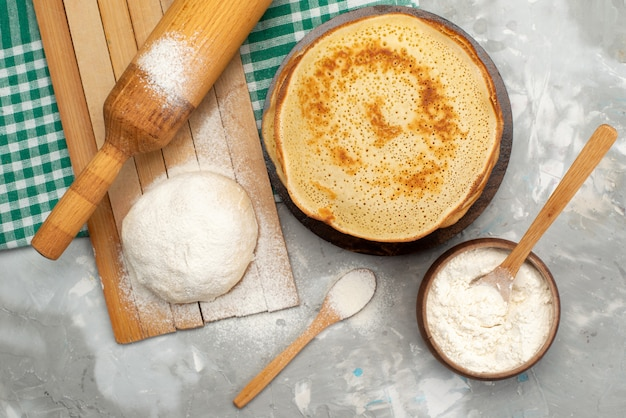 Eine draufsicht köstliche runde pfannkuchen mit mehl
