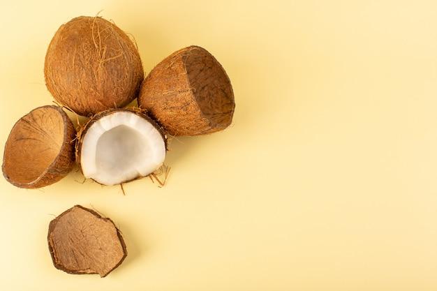 Eine draufsicht kokonüsse geschnittene milchig frische milde isoliert auf der cremefarbenen